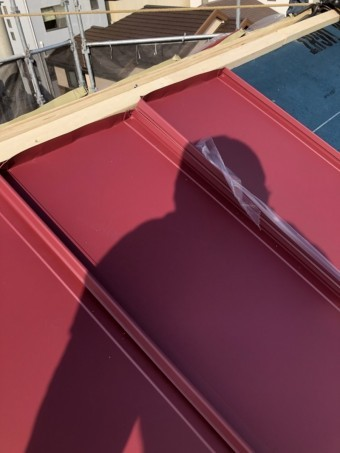 棟際は立平を現場で加工し、吹き込みを防ぐ立ち上げを作ります。