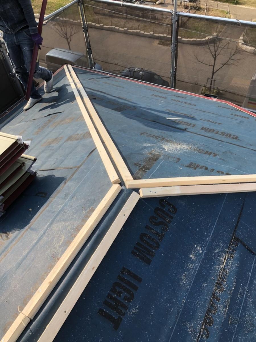 棟際に胴縁施工