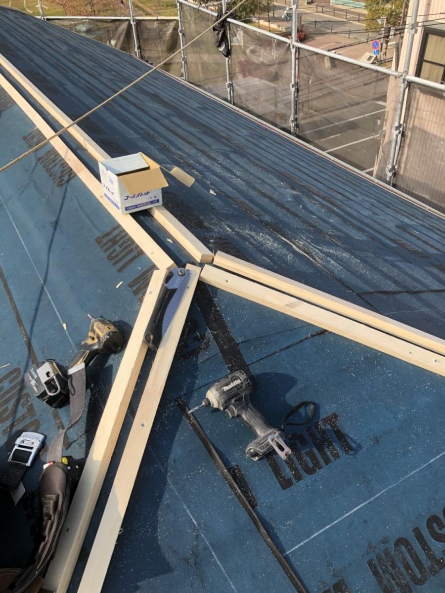 棟の貫板の下地の胴縁を入れます。