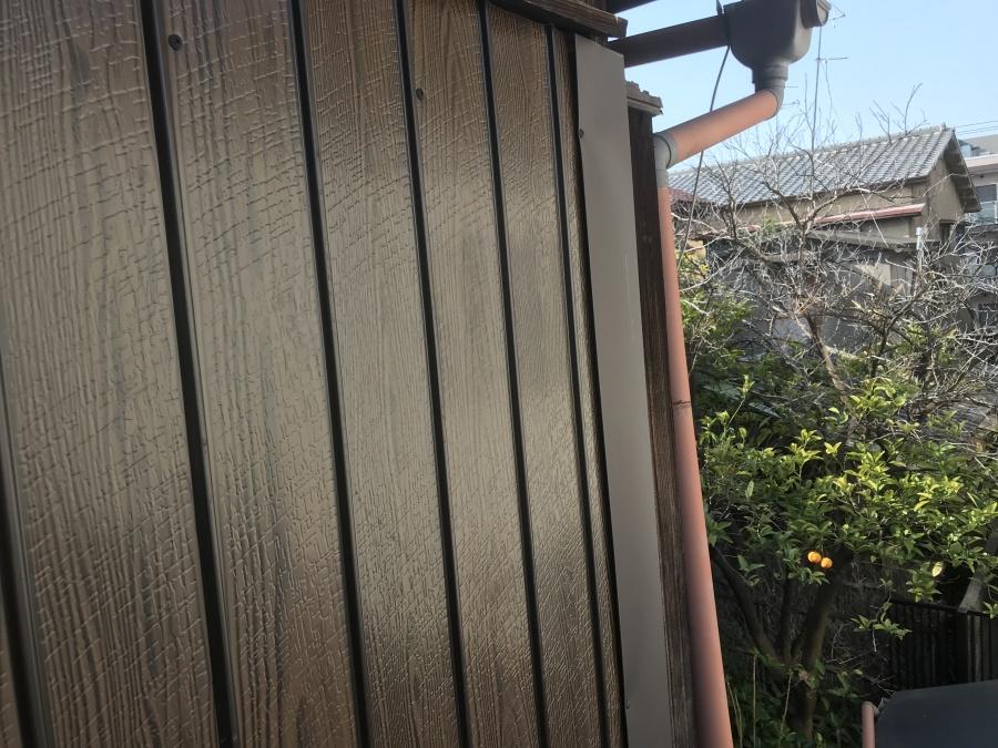 出隅にガルバで水切りを作り施工