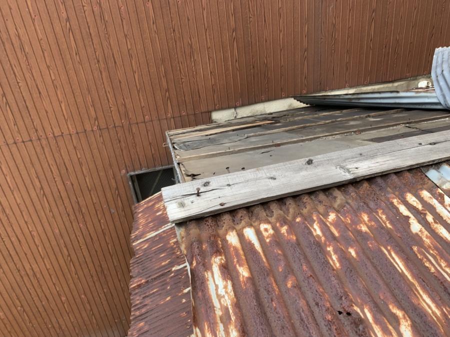 平屋の波板トタン屋根の捲れ調査。