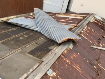 平屋の波板トタン屋根の捲れ調査。 捲れ箇所