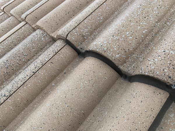 屋根修繕時 瓦の隙間をコーキングで埋めてしまっています。