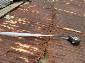 平屋の波板トタン屋根の捲れ調査。既存トタン波板の腐食