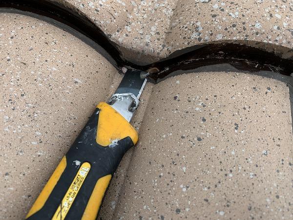 屋根修繕時に瓦の隙間のコーキングをカットします。水が出てきました。