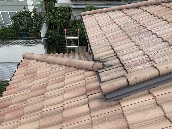 屋根修繕前の雨漏りが発生している屋根