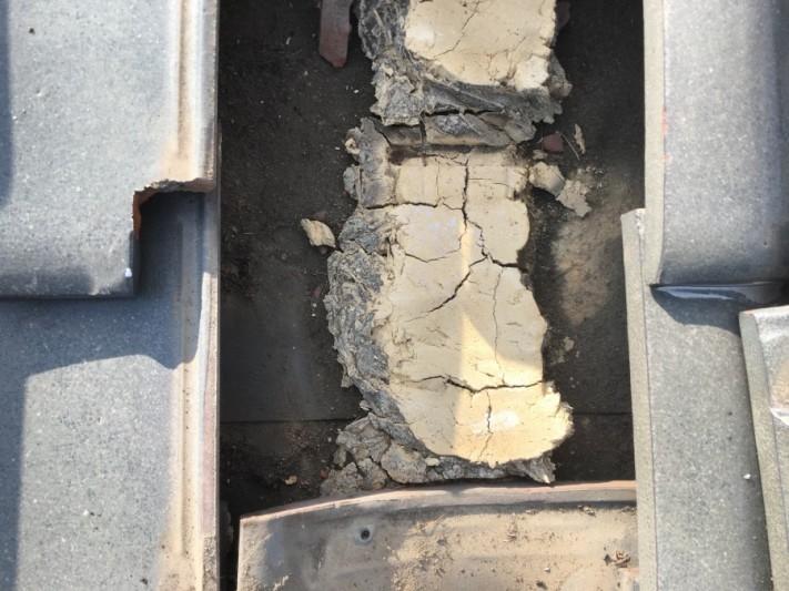 瓦を捲り、葺き土の点検