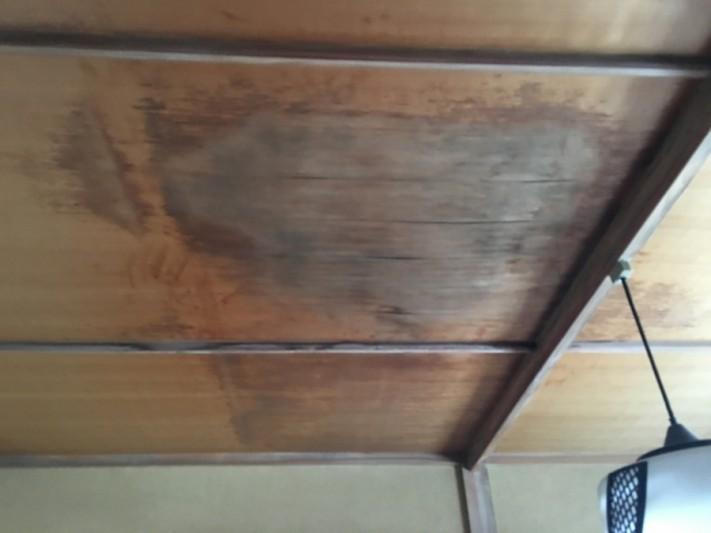 天井の雨染み 屋根からの雨水の浸入は間違いないでしょう