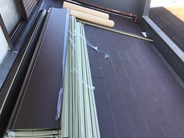 屋根カバー工事着工、部材搬入