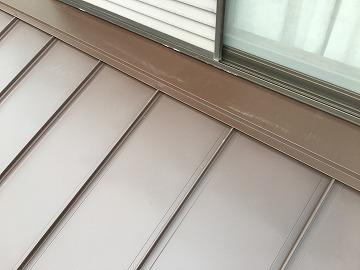 屋根カバー工事時に立平葺きの壁際雨押え取付