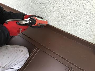屋根カバー工事時に雨押えと壁の取り合いのコーキング打ち