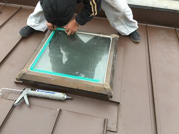 屋根カバー工事時のトップライト(天窓)のガラス取り合い部のコーキング