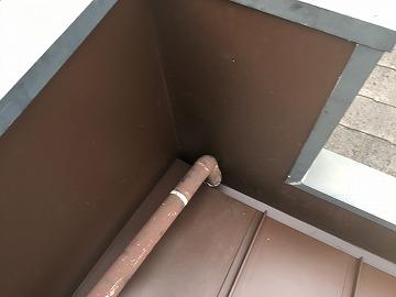 屋根カバー工事時に立平葺きのパラペット壁へ板金を貼ります。