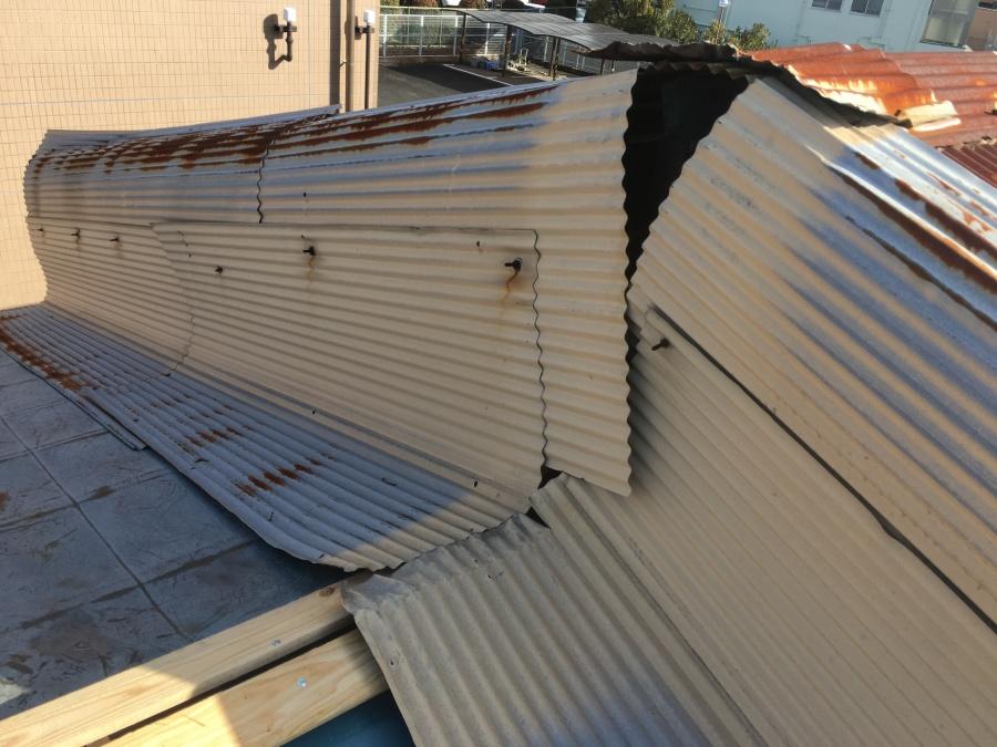棟板金交換工事中に発見したトタンの隙間