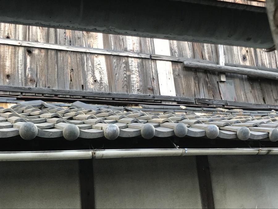瓦屋根修理前の下屋根 壁際熨斗瓦のズレ落ち