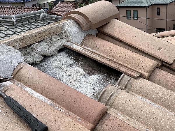 屋根修繕時に屋根頂点の棟瓦を捲り、上から順番に地瓦を捲ります。