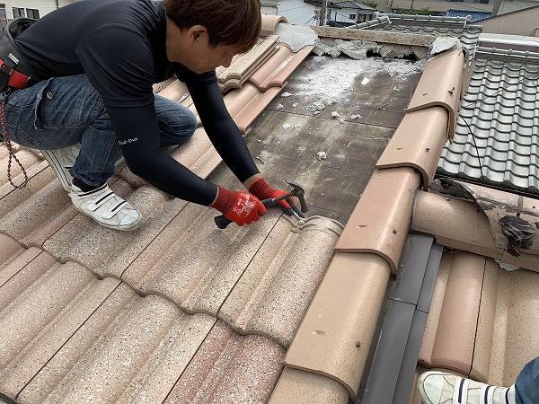 屋根修繕で地瓦の復旧