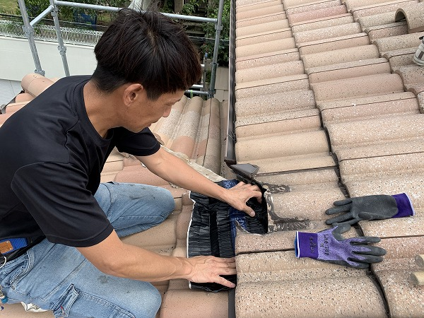 屋根修繕で棟と軒先の取り合いに乾式自在面戸を取付雨の浸入を防ぎます。