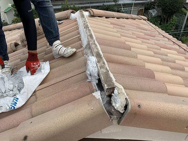屋根修繕で棟の復旧 防災棟金具になんばんを詰めます。
