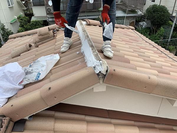 屋根修繕で棟の復旧 防災棟金具になんばんを詰め完了