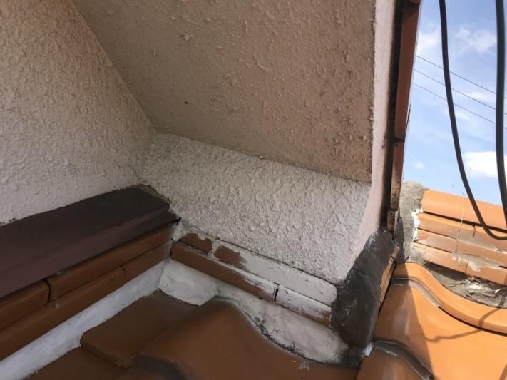 伊丹市 瓦の割り付けが悪いため壁際の隙間から入り込んだ雨漏りにより雨漏り
