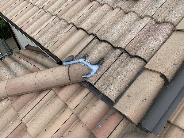 屋根修繕で棟と軒先の取り合いをシールして防水能力を高めます。
