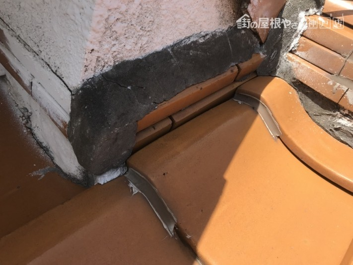 地瓦と壁際の取り合いの隙間が狭すぎます。