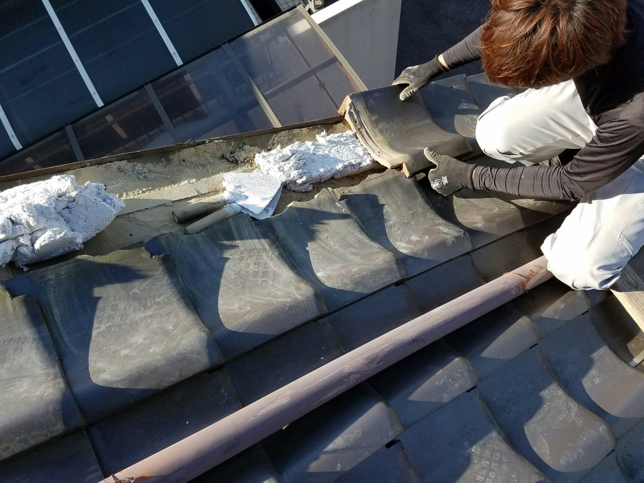 瓦下地のなんばんを積み、袖瓦を復旧します