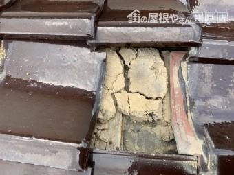 瓦下地葺き土の割れ 土台がズレています。 神戸市北区