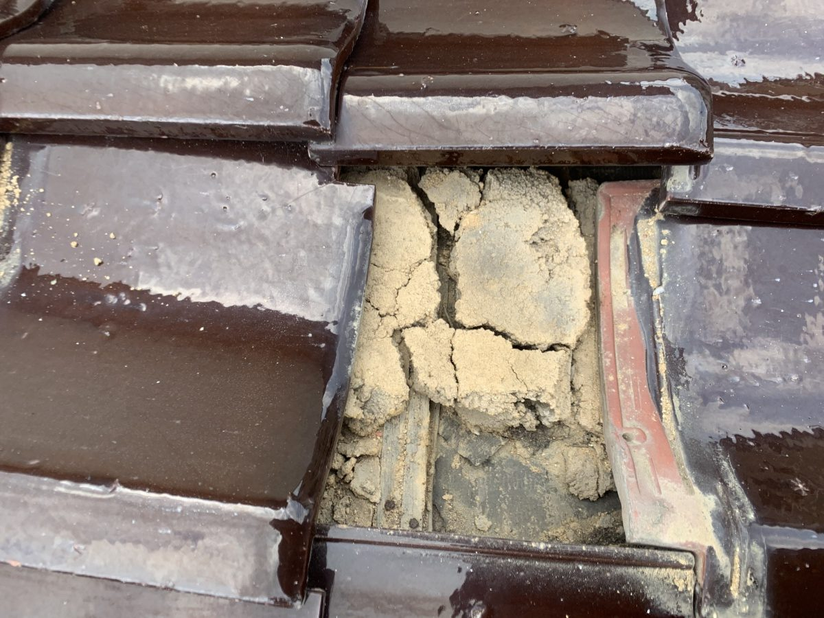 瓦下地葺き土の割れ 土台がズレています。