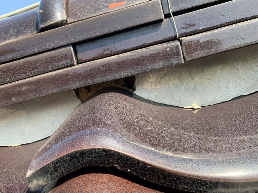 棟熨斗瓦の歪みにより漆喰の剥がれ