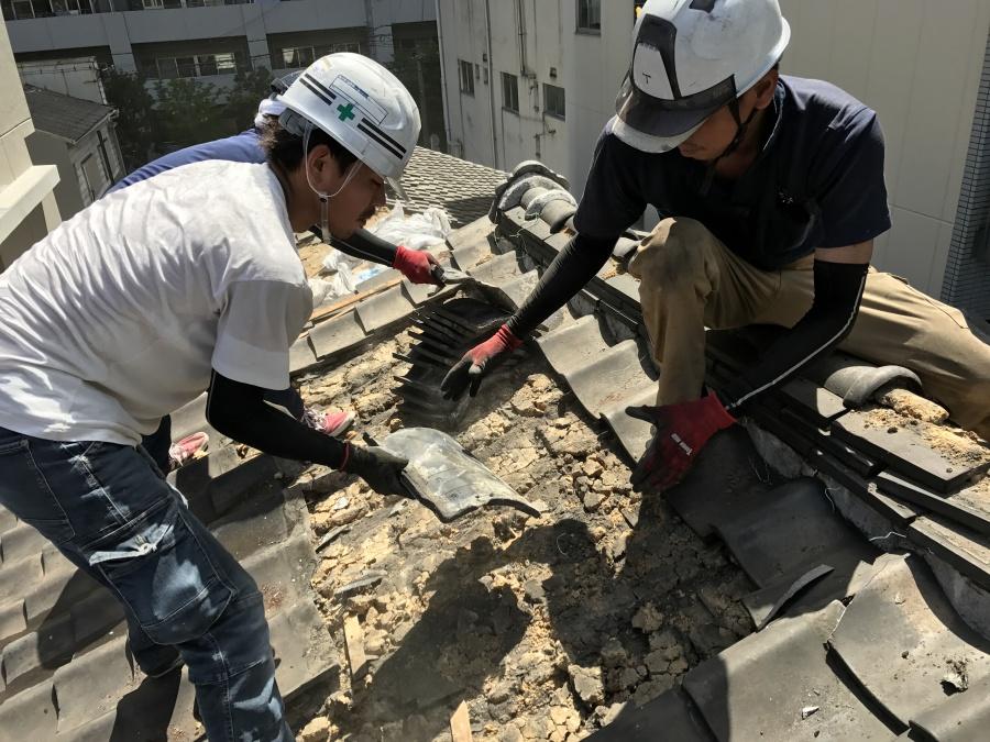 屋根葺き替え工事 既存の瓦を撤去している様子