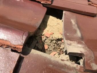 劣化した瓦の下の土
