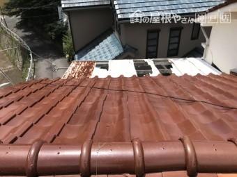 劣化してゆがんだ瓦屋根