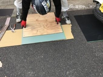 木の板を使い板金を綺麗に折っていきます