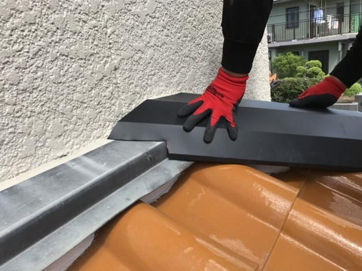 芦屋市 ガルバリウム鋼板で棟を包み込みます。