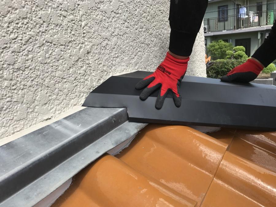 ガルバリウム鋼板で棟を包み込みます。