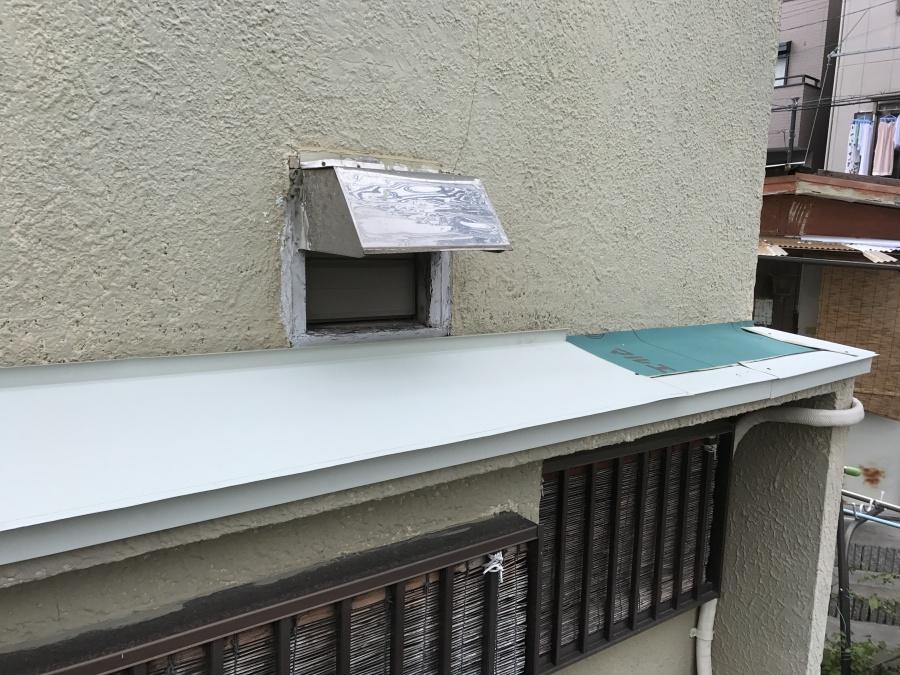 ガルバリウム鋼板で庇屋根を覆います。