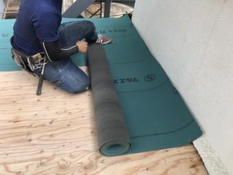 防水シートは10cmづつ重ねて敷きます!