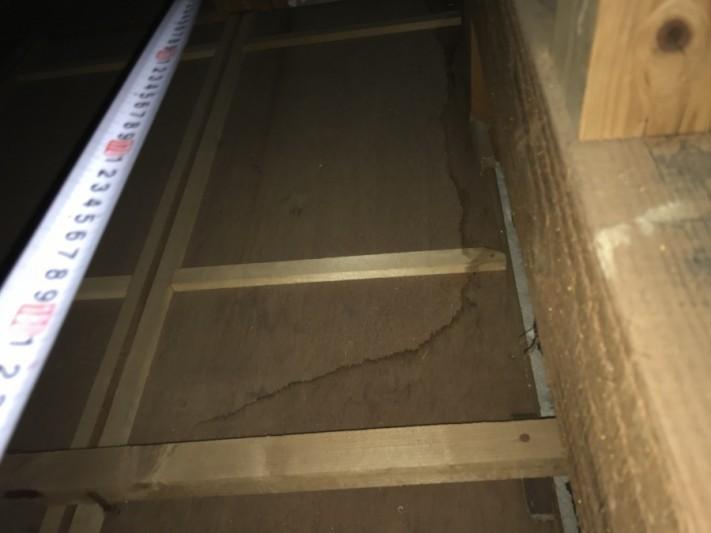 雨漏り箇所上の屋根裏の雨染み