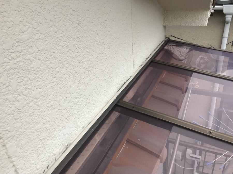 ベランダテラスと壁の取り合いのシーリング材のひび割れ