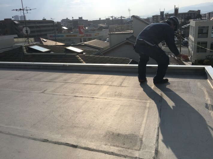 屋根調査中の松本