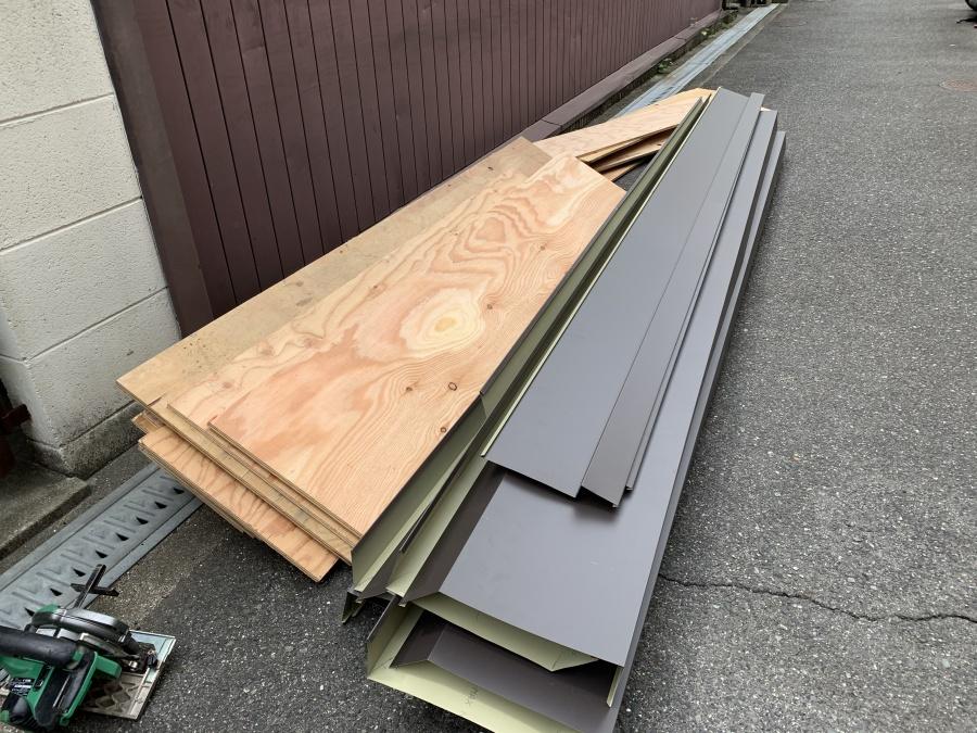 屋根修繕で下地用の構造用合板12mmとガルバリウム鋼板製の笠木、水切り