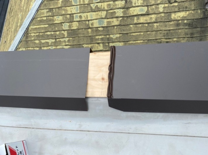 屋根修繕で笠木板金の継ぎ手部分にはシーリングを挟み込みジョイント