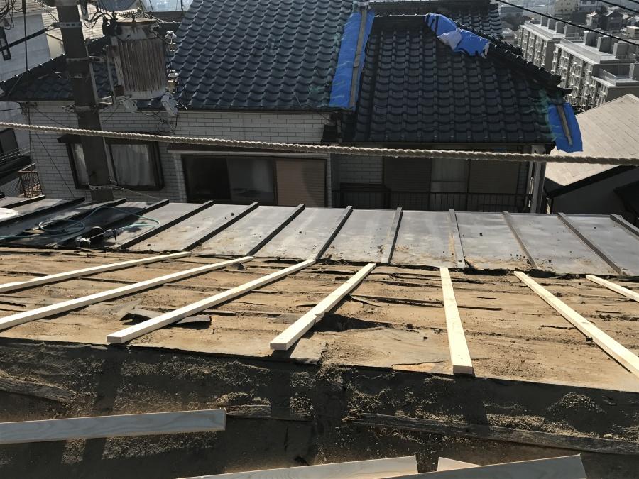 胴縁を屋根の構造体の垂木に打ち付けていきます。