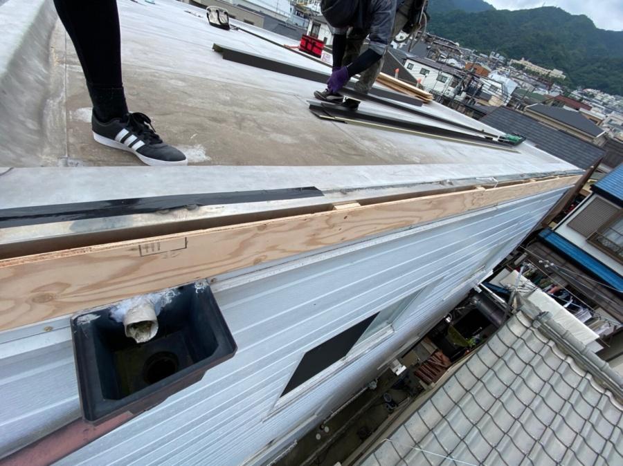 屋根修繕で子割りした構造用合板12mmで下地を組付け
