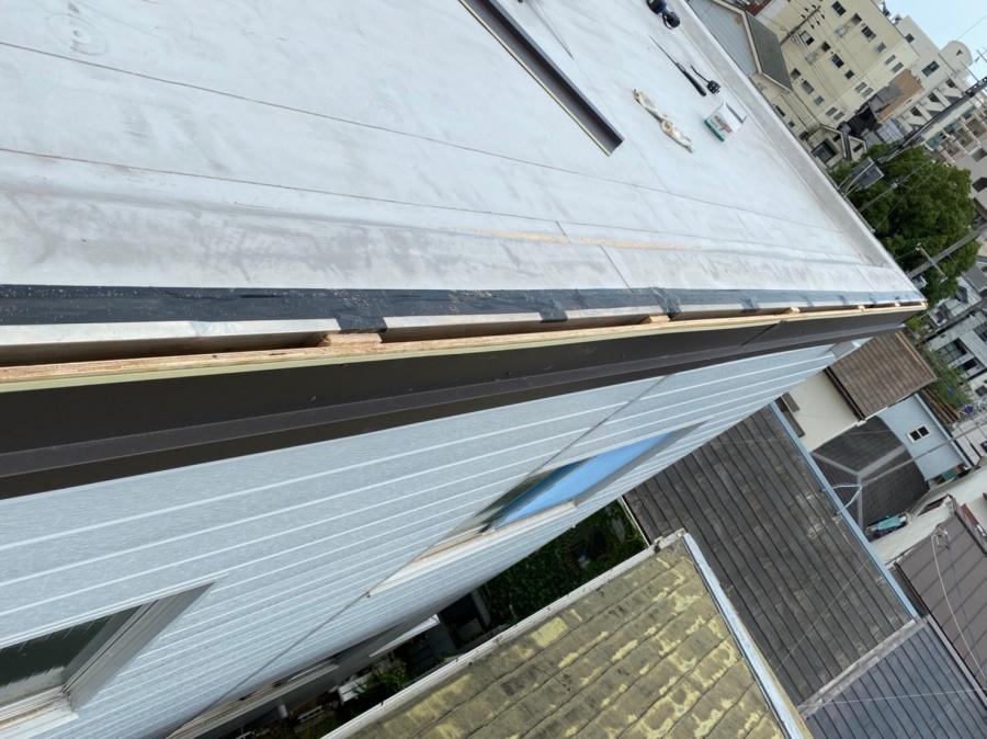 屋根修繕で下地に対しガルバリウム鋼板製の水切りを固定