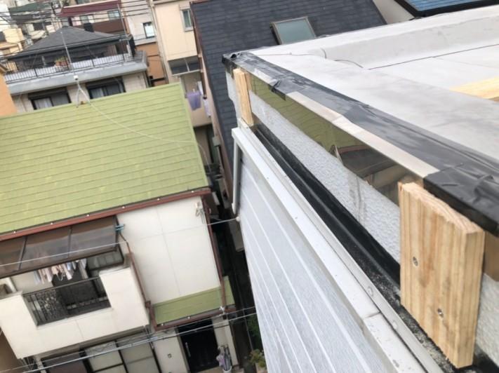 屋根修繕で新たな水切り板金を固定するための下地の下地を取り付け