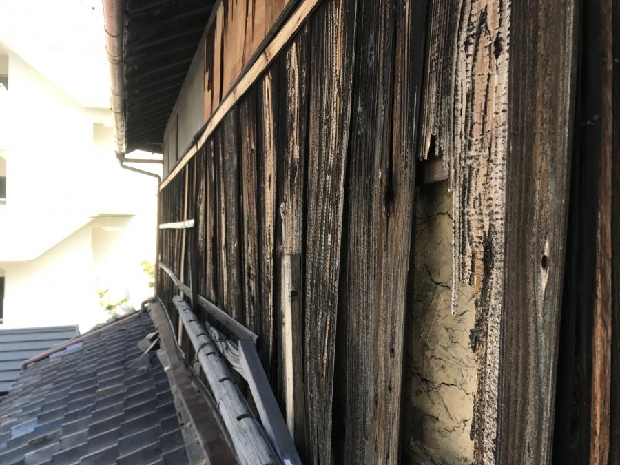 瓦屋根修理前の外壁、焼き板の捲れ