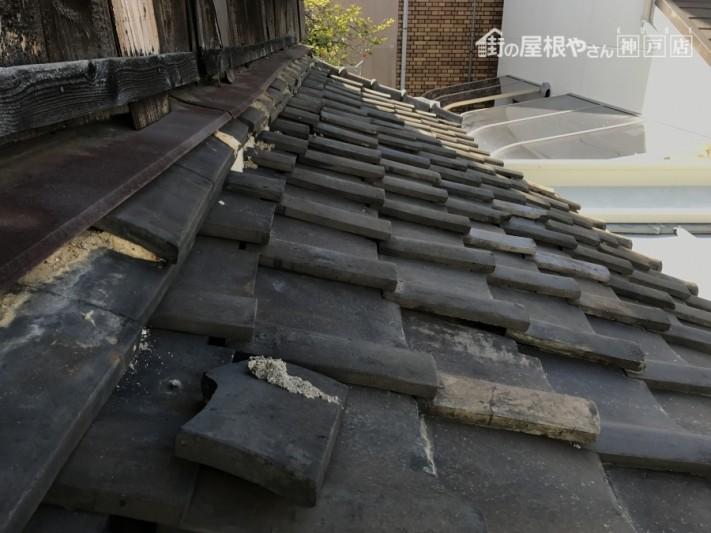 瓦の隙間が増え、下地の土が濡れやすくなっています。